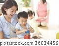 幼儿园老师和孩子们玩 36034459