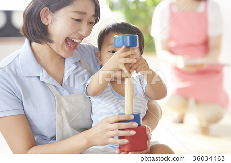 幼儿园老师和孩子们玩 36034463