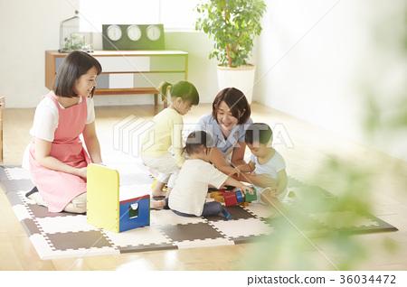 놀고있는 보육사와 아이 36034472