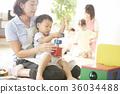 幼儿园老师和孩子们玩 36034488