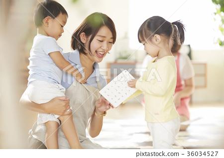 보육사와 아이 36034527