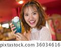 放鬆在咖啡館的婦女 36034616