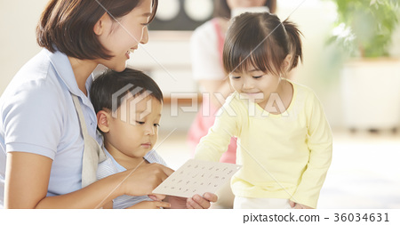공부를하고있는 보육사와 아이 36034631
