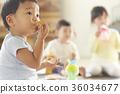 간식을 먹는 아이 36034677