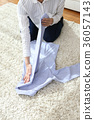 옷을 접는 36057143