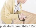 지팡이 보행 수석 여성 보디 파트 파트 컷 얼굴 없음 36092152