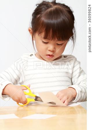 嬰兒(3歲兒童)用剪刀剪紙 36099824