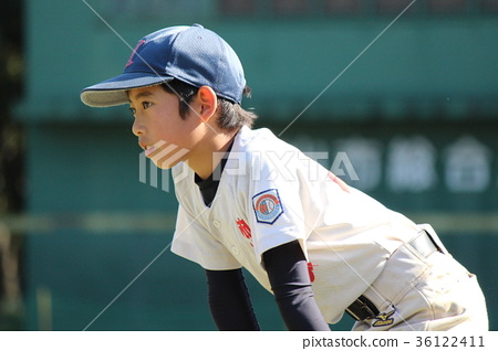 A baseball boy who protects First with a serious look 36122411