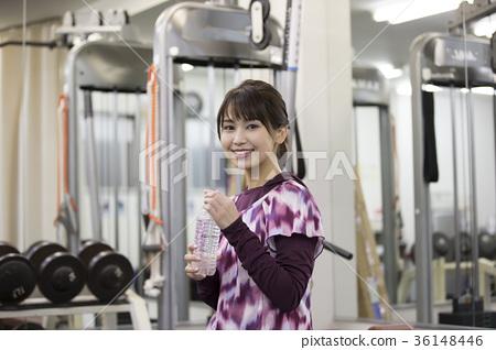 在個人訓練健身房的微笑的少婦訓練在Joto-ku,大阪市,大阪縣 36148446