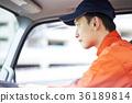 一個男人開車 36189814