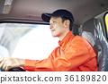 一個男人開車 36189820