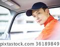 一個男人開車 36189849