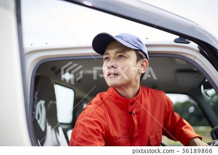 一個男人開車 36189866