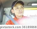 一個男人開車 36189868