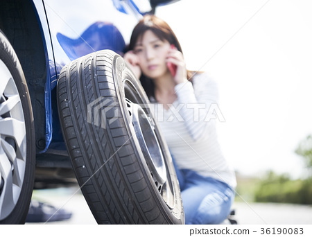 Driver who meets car trouble 36190083