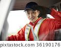 一個男人開車 36190176