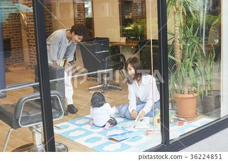 A beauty salon where children can go 36224851