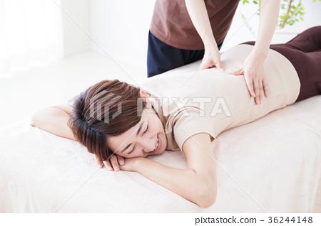 整骨療法 成熟的女人 一個年輕成年女性 36244148