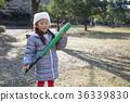 女孩玩一只蝙蝠 36339830