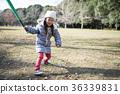 女孩玩一隻蝙蝠 36339831