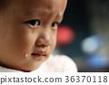 一位亚洲女孩在车上悲伤哭泣 36370118