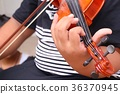 The boy play violin 36370945