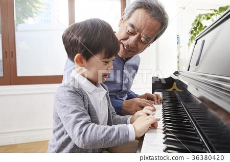 祖父,孫子,鋼琴 36380420