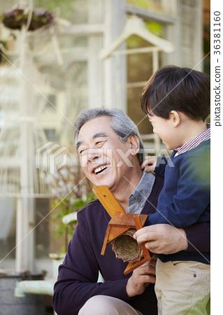 할아버지,손자,새집 36381160