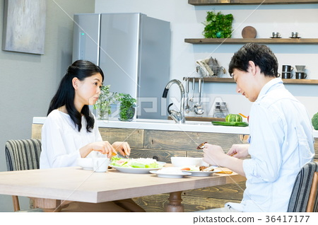 Couple couple who eats meal Cooking life feeling 36417177