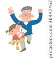 父親和孩子們對年底的彩票感到高興。 36442462