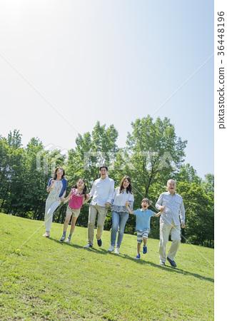 三代家庭在新鲜的绿色公园玩 36448196