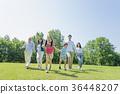 三代家庭在新鲜的绿色公园玩 36448207