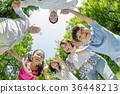 신록의 공원에서 노는 3 세대 가족 36448213