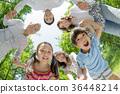 三代家庭在新鲜的绿色公园玩 36448214