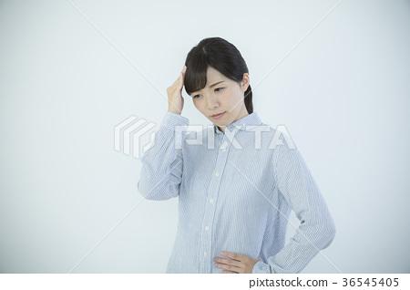 Young woman feeling unwell 36545405