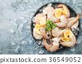 Raw shrimps with lemon 36549052