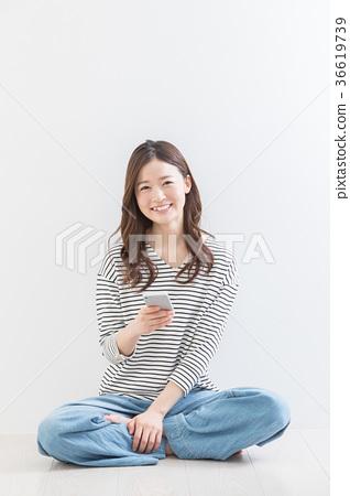 젊은 여성 코자 스마트 폰 36619739