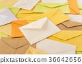 많은 편지 쌓인 편지 봉투 읽은 비즈니스 이메일 36642656