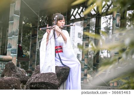 老式美女玩鑷子,中國 36665463