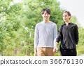 손을 잡고 산책을하는 국제 커플 (서양인과 아시아 인) 36676130