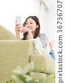 使用智能手機的婦女在沙發 36736707