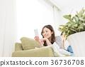 使用智能手機的婦女在沙發 36736708