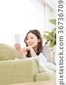 使用智能手機的婦女在沙發 36736709