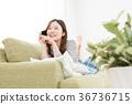 使用智能手機的婦女在沙發 36736715
