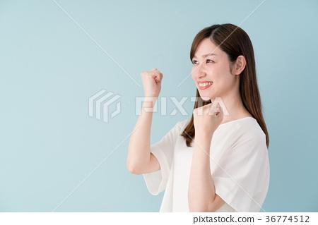 승리의 포즈를하는 여성 36774512