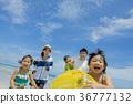 여름 해변에서 우기원을 가지고 노는 5 인 가족 36777132