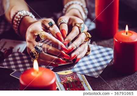 Woman who tells tarot cards 36791065