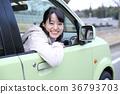 หญิงสาวกำลังออกจากหน้าต่างรถยนต์ 36793703
