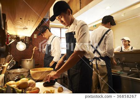 카페 주방에서 요리를하는 직원 36858267