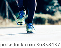 ผู้ชายกำลังวิ่งจ๊อกกิ้งวิ่งมาราธอนบนพื้น 36858437